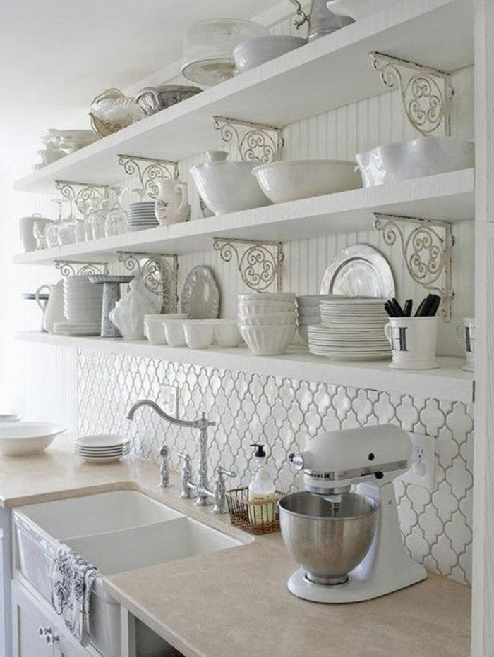 carrelage-blanc-cuisine-quelques-rayons-evier-des-assiettes