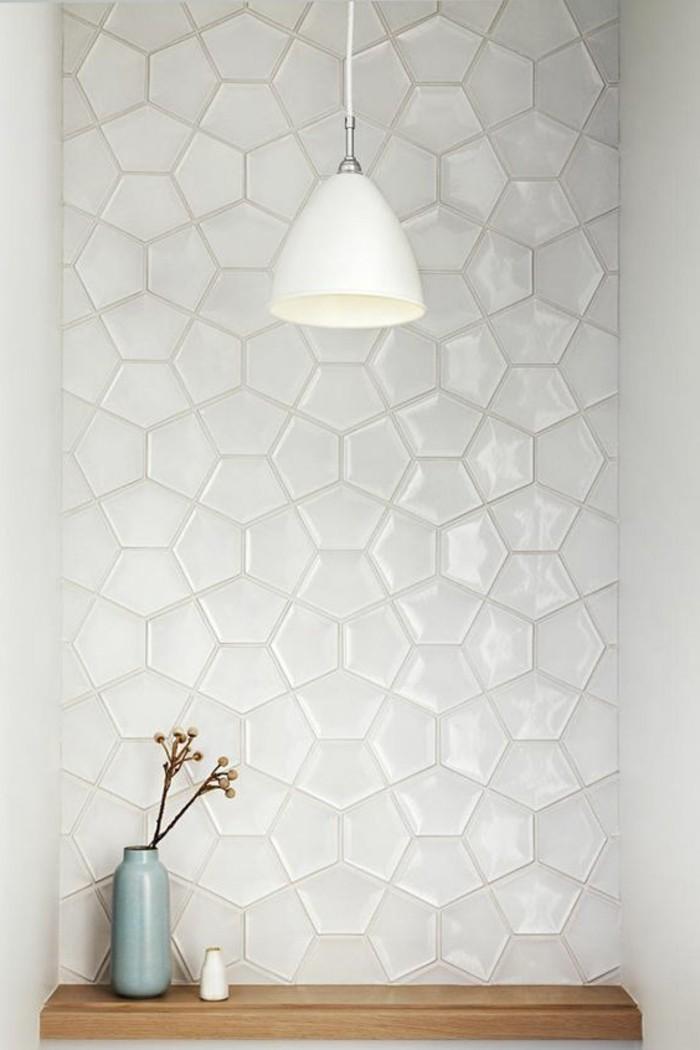 carrelage-blanc-de-petites-formes-interessantes-une-lampe-blanche-et-des-fleurs