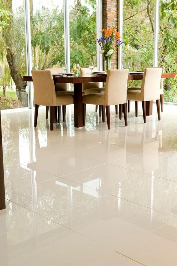 carrelage-blanc-des-carreaux-au-sol-grande-table-et-beaucoup-de-chaises