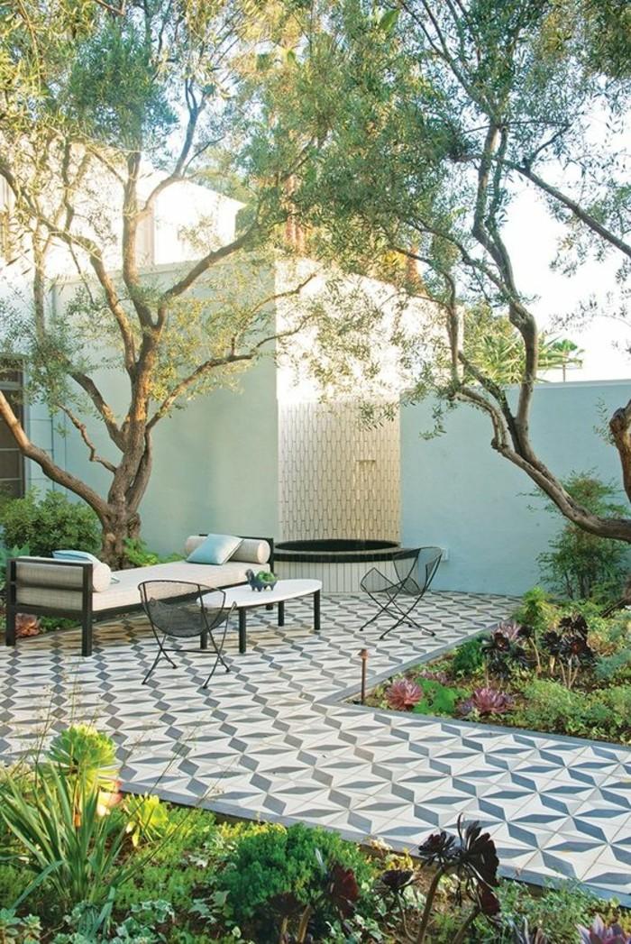 carrelage-blanc-design-exterieur-jardin-une-table-des-chaises
