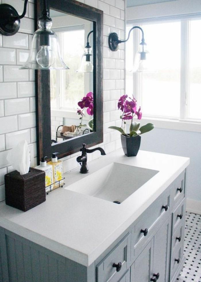 carrelage-blanc-lavabo-blanc-armoire-blanche-un-miroir-et-des-fleurs