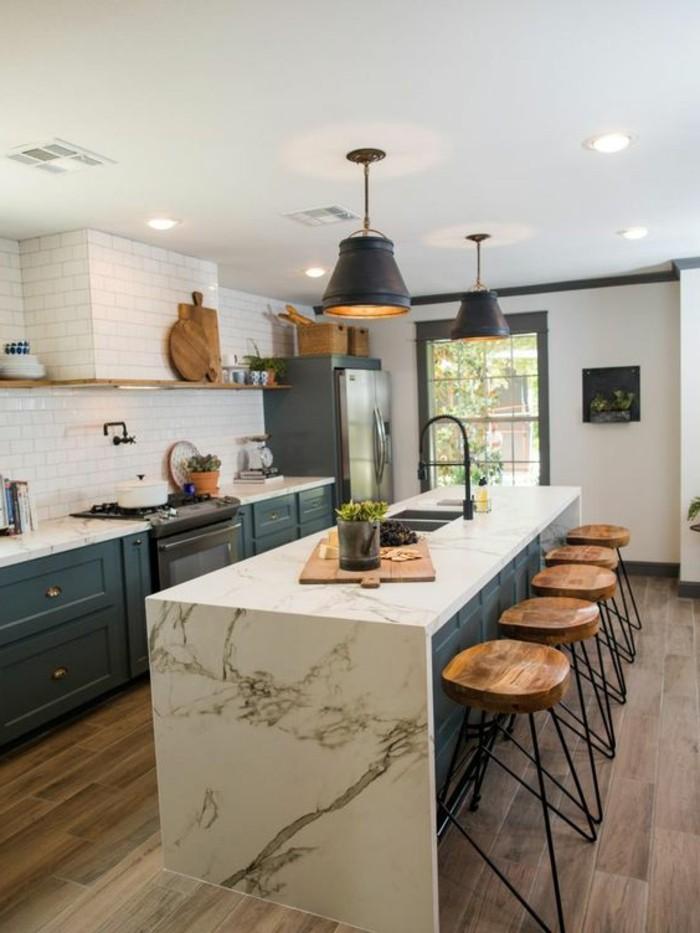 carrelage-blanc-piece-spacieuse-cuisine-quatre-chaises