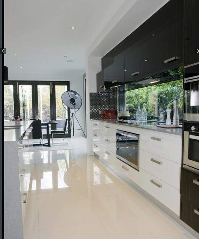 carrelage-blanc-piece-moderne-armoire-intéressant