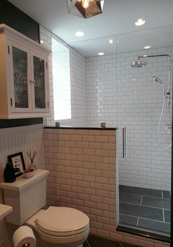 carrelage-blanc-salle-de-bain-avec-une-douche-moderne