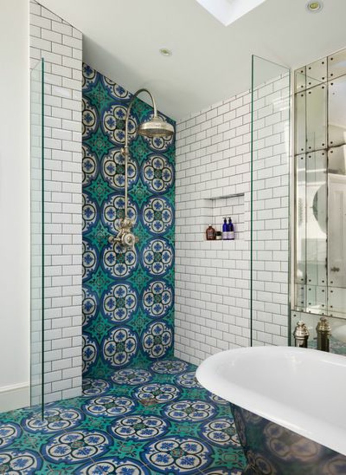 carrelage-blanc-salle-de-bain-baignore-douche-joli-design