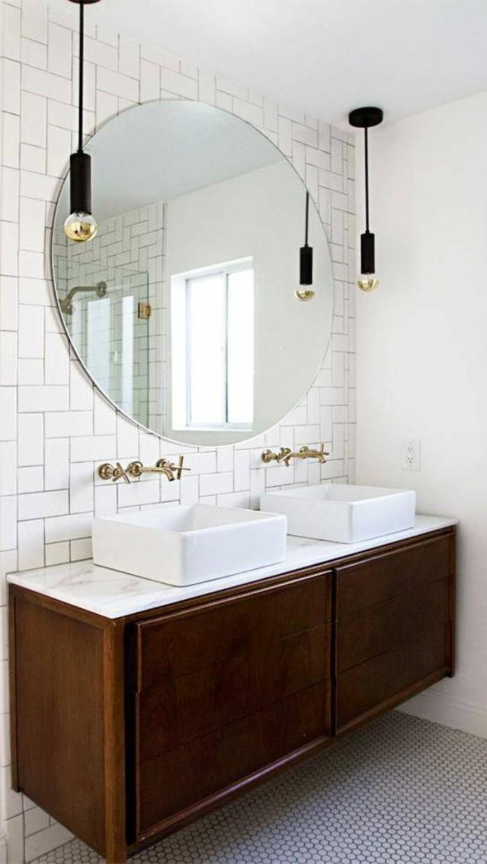 carrelage-blanc-grand-miroir-rond-armoire-en-bois