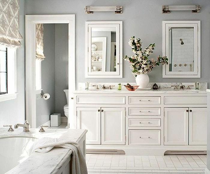carrelage-blanc-salle-de-bain-joli-vase-avec-des-fleurs-deux-miroirs