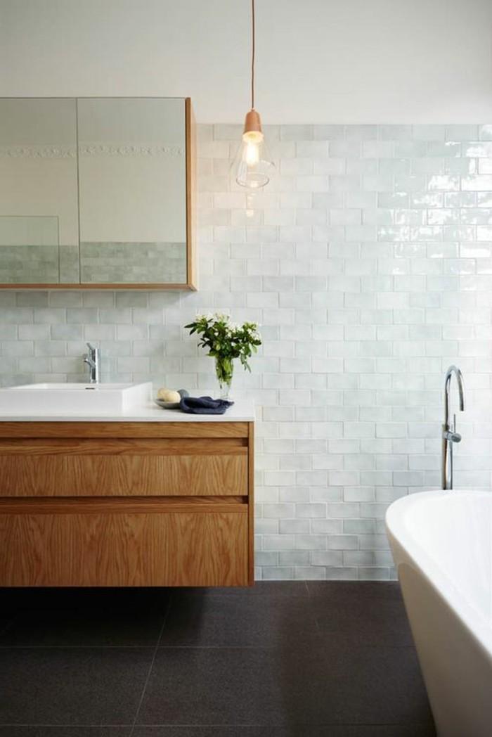 carrelage-blanc-lavabo-baignore-miroir-salle-de-bain-classique