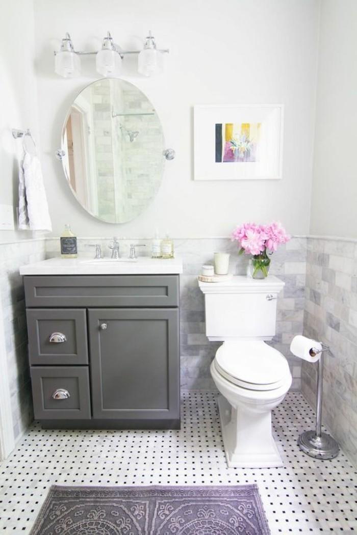 carrelage-blanc-miroir-armoire-des-fleurs-design-élégant