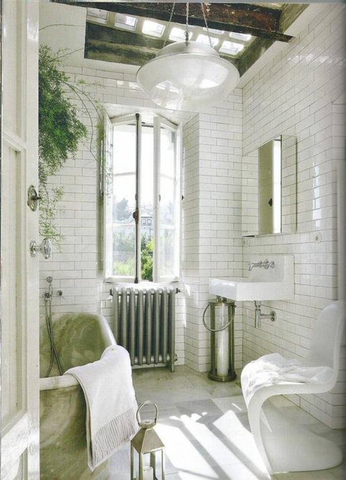 carrelage-blanc-salle-de-bain-originale-une-fenetre-miroir-lavabo-blanc