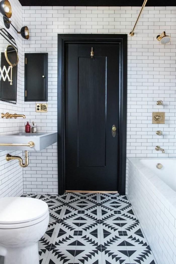 carrelage-blanc-salle-de-bain-tres-chic-avec-une-porte-noire