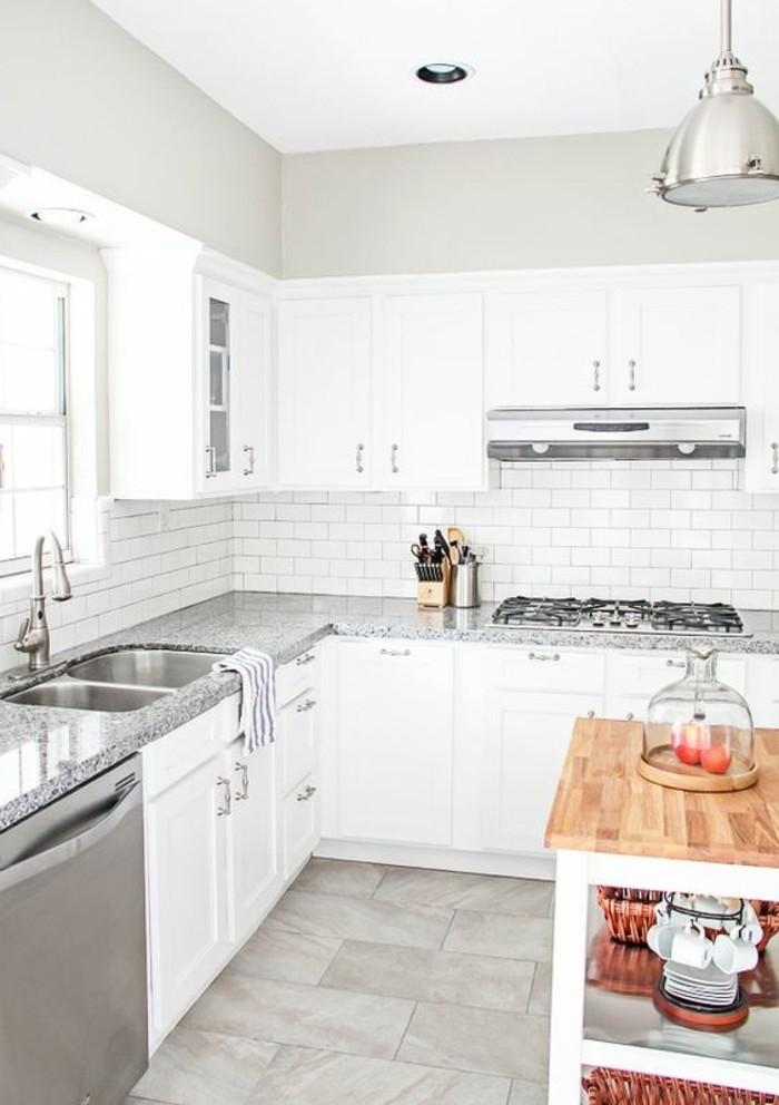 carrelage-blanc-une-cuisine-un-evier-armoire-blanche-un-aspirateur