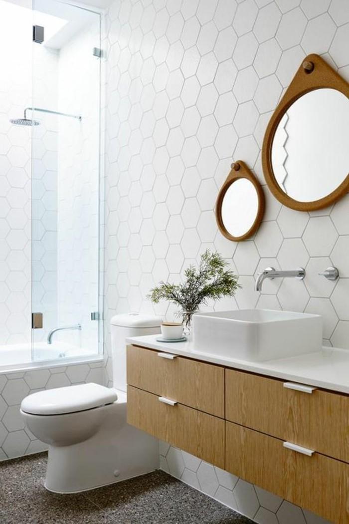 de différents carreaux est une bonne idée dans la salle de bain