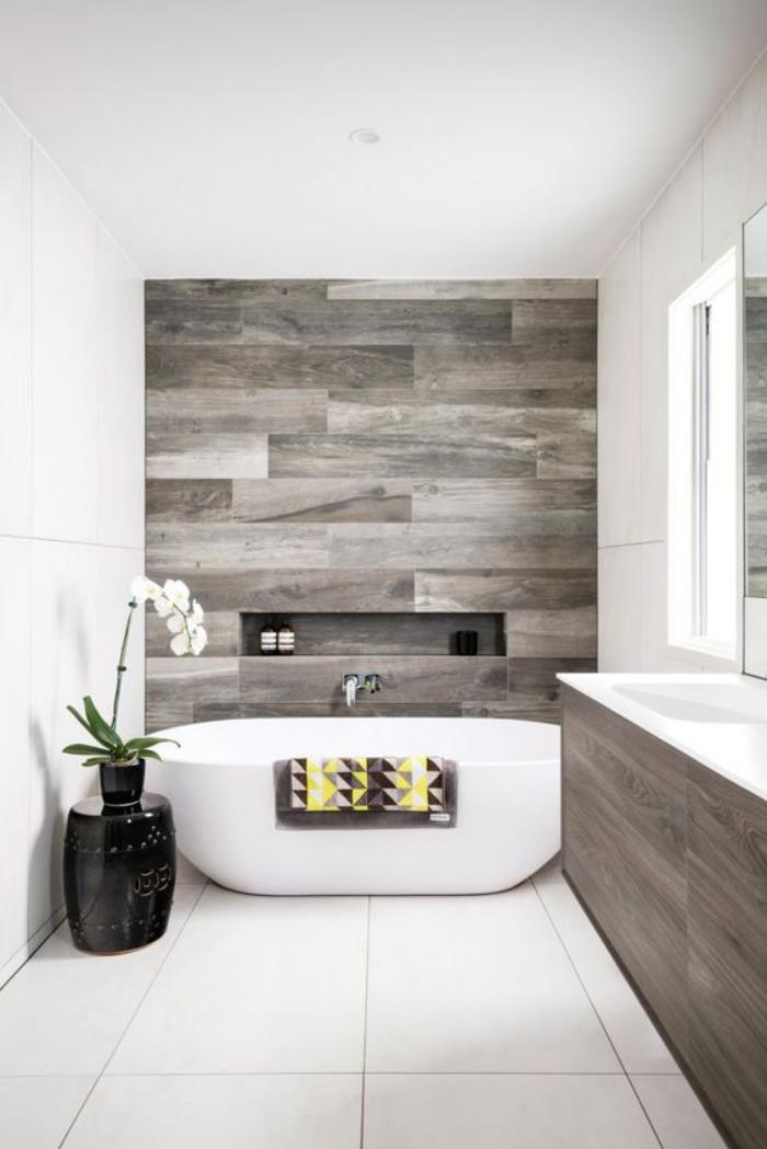 Le carrelage imitation bois en 46 photos inspirantes - Wood effect bathroom wallpaper ...