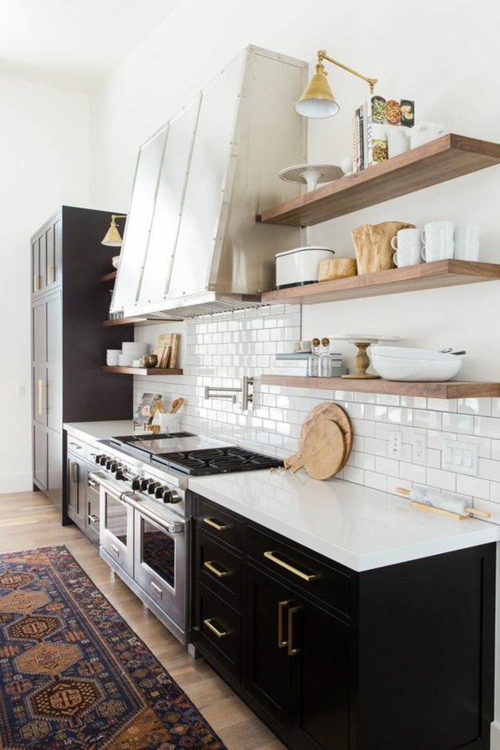 carrelage-metro-blanc-etageres-bois-en-cuisine-style-scandinave