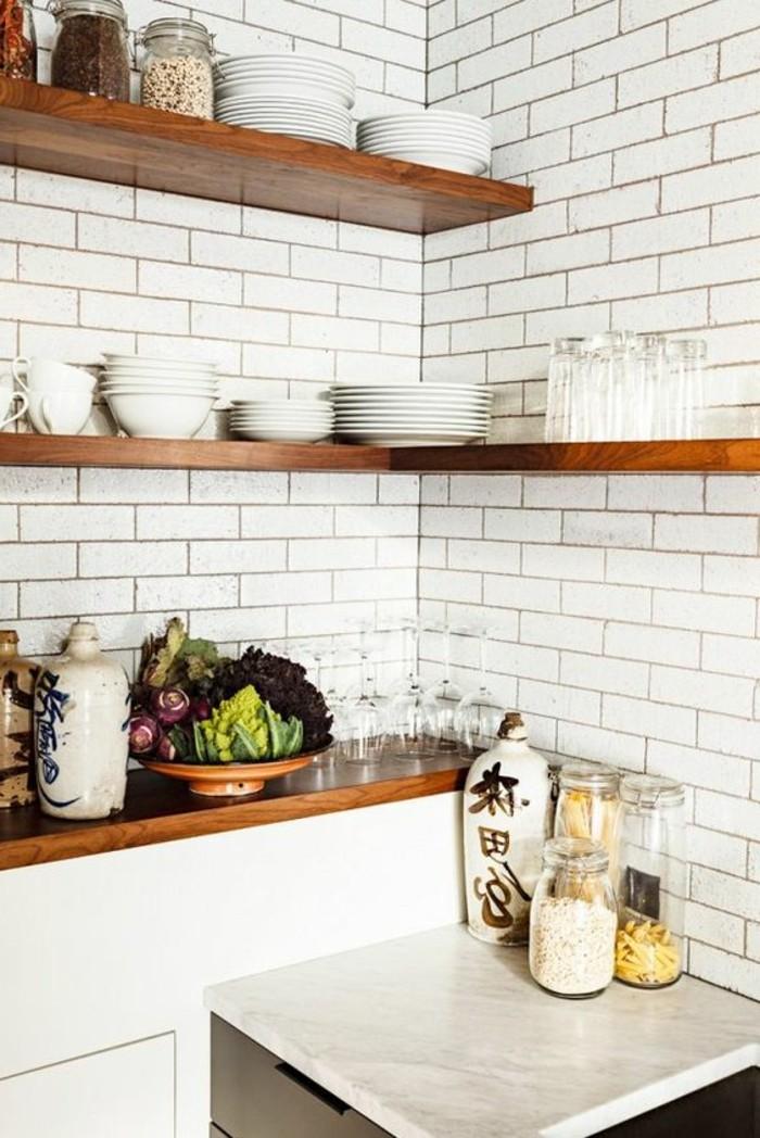 carrelage-metro-blanc-etageres-de-bois-sur-mur-en-carrelage-blanc