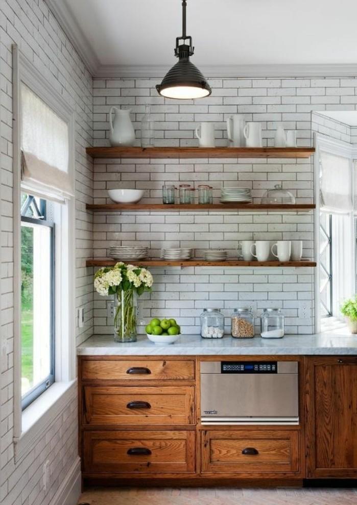 carrelage-metro-blanc-etageres-en-bois-lampe-industrielle