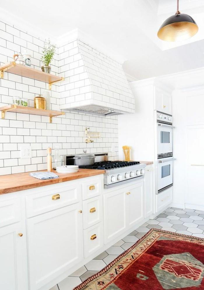 carrelage-metro-blanc-anses-dorees-metalliques-placards-blancs