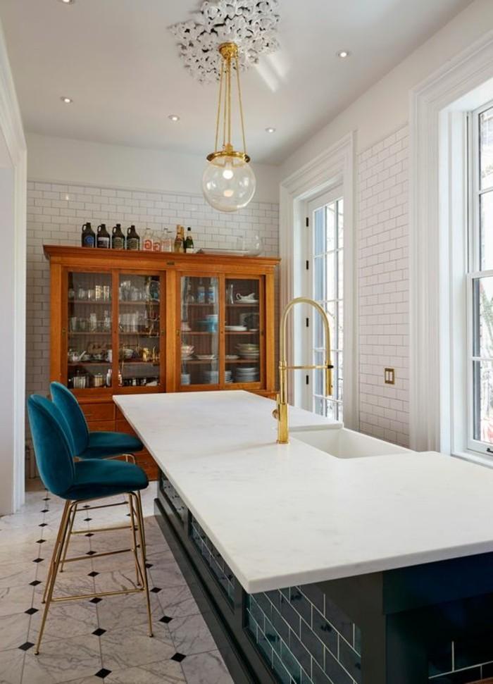 carrelage-metro-blanc-comptoir-de-cuisine-blanc-buffet-en-bois