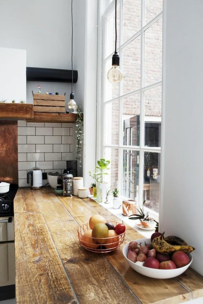carrelage-metro-blanc-comptoir-de-cuisine-blanc-peinture-murale-bleue