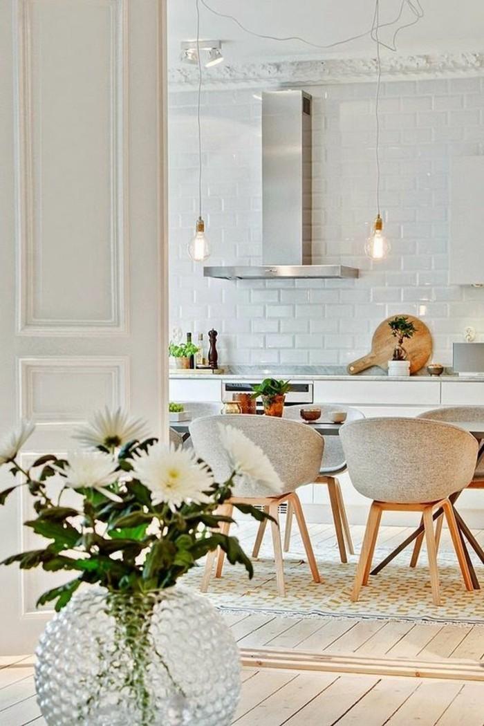 carrelage-metro-blanc-cuisine-design-scandinave-chaises-originales
