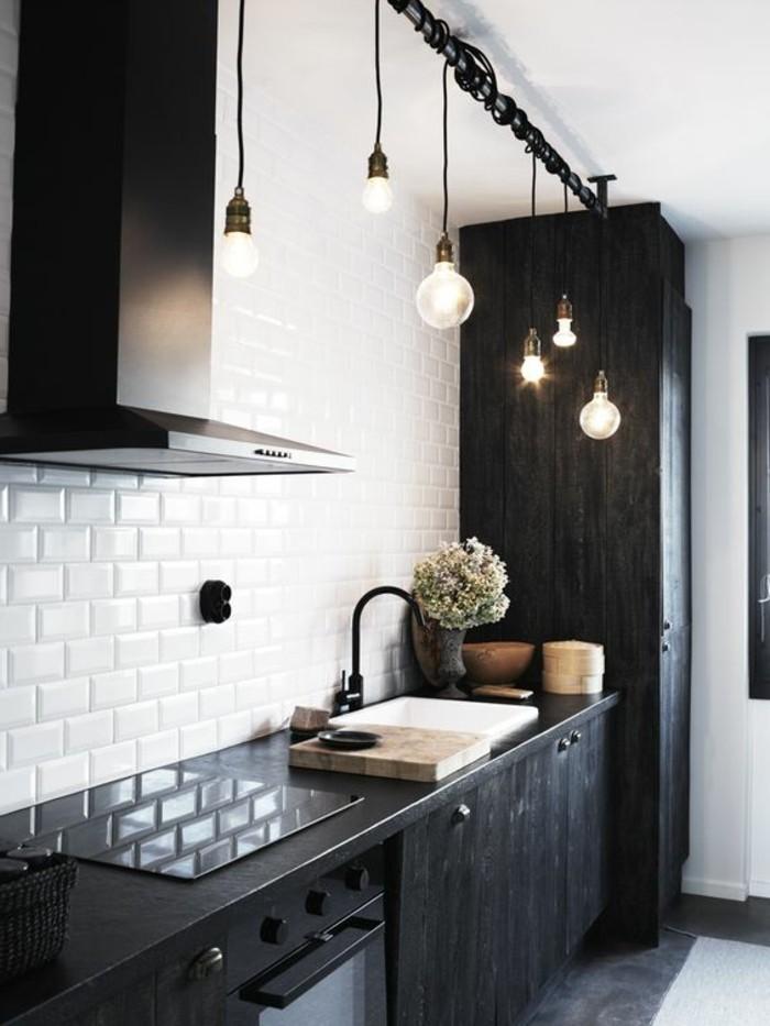 carrelage-metro-blanc-cuisine-en-noir-et-blanc-ampoules-suspendues
