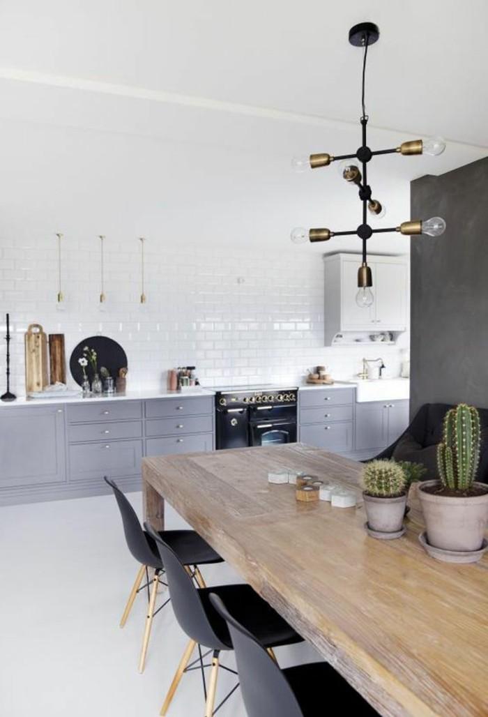 carrelage-metro-blanc-grande-table-en-bois-et-chaises-scandinaves