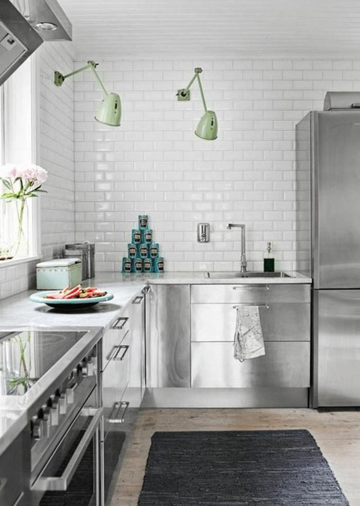 carrelage-metro-blanc-meubles-gris-luisants