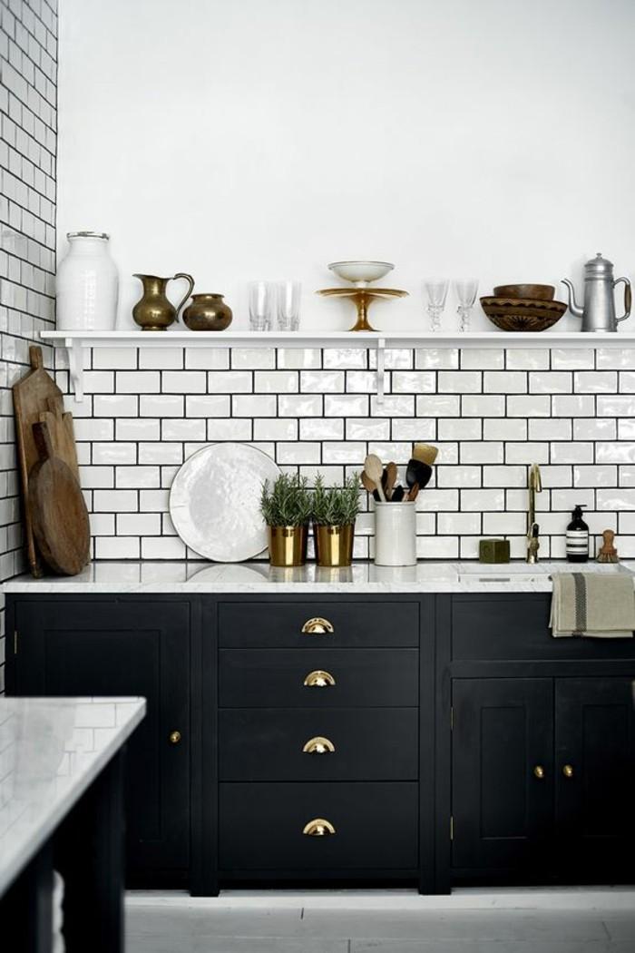 carrelage-metro-blanc-meubles-noirs-de-cuisine-crédence-blanche