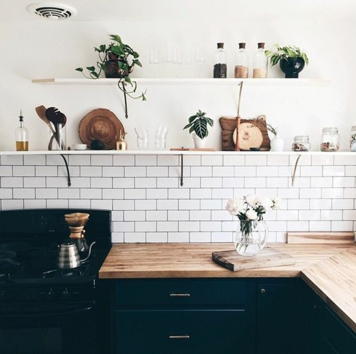 carrelage-metro-blanc-placards-de-cuisine-noir-etageres-blanches