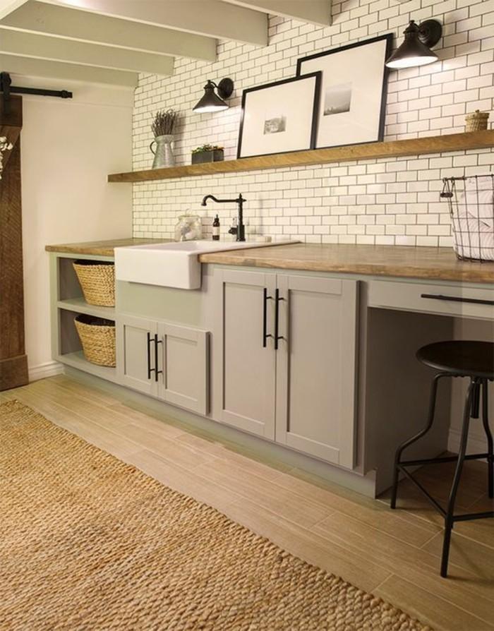 carrelage-metro-blanc-placards-gris-et-etageres-en-bois