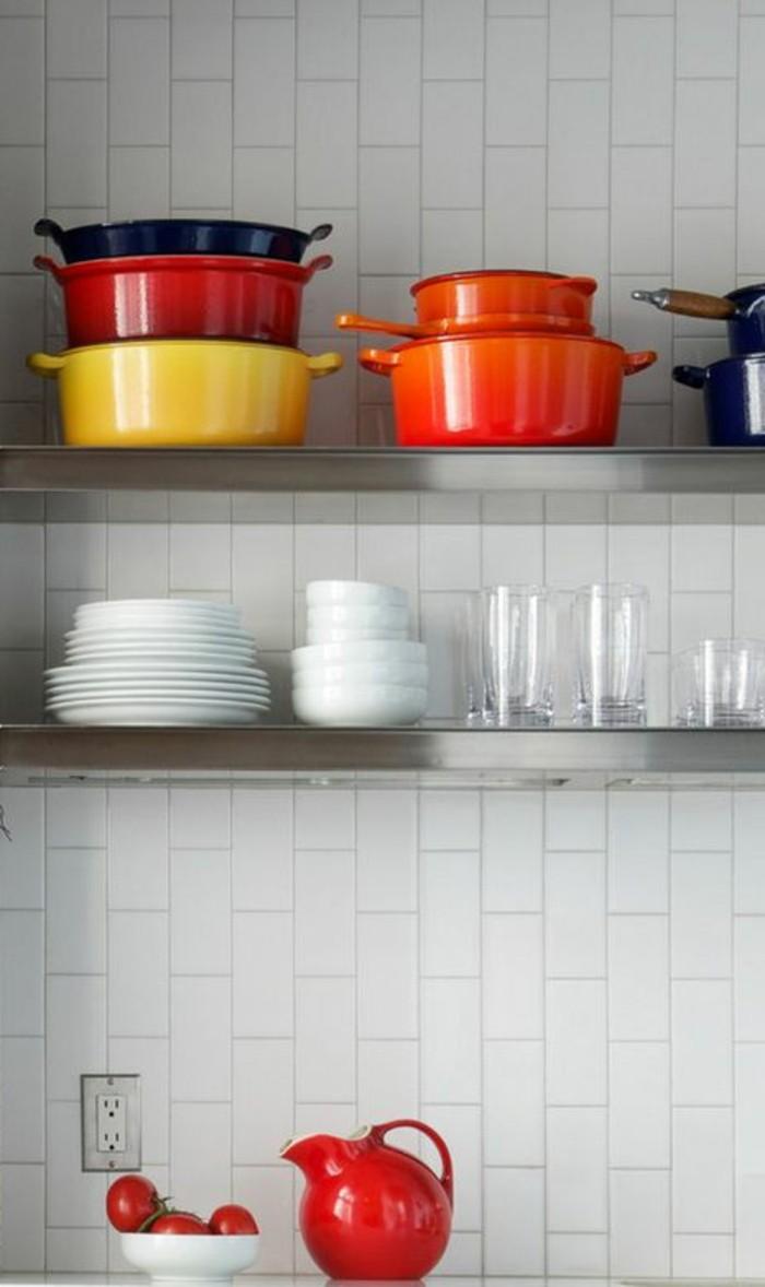 carrelage-metro-blanc-ustensiles-colores-et-etageres-metalliques