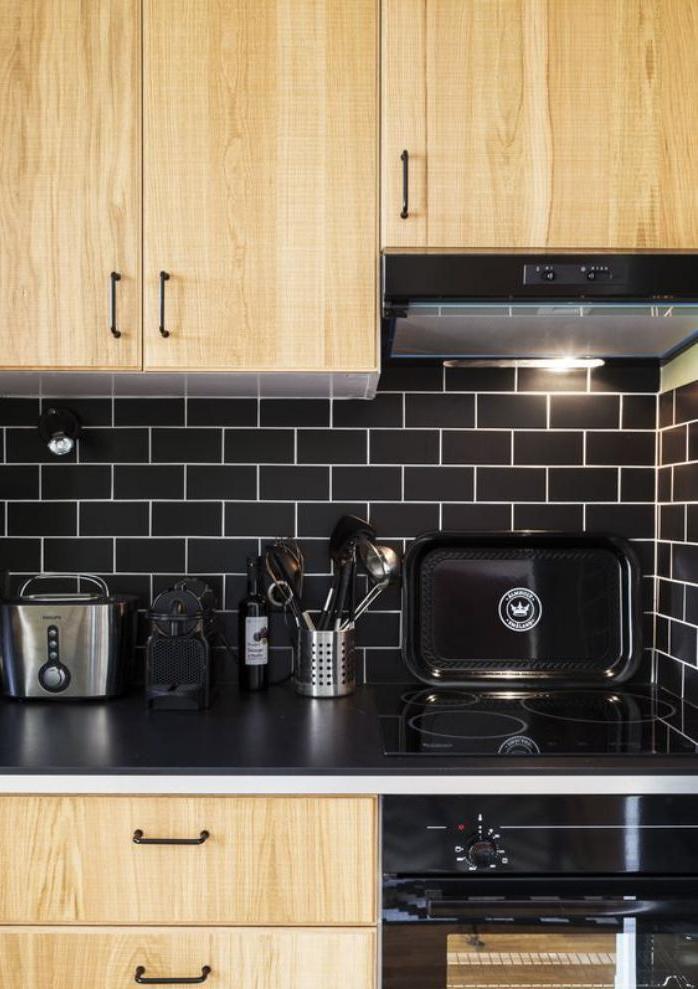 carrelage-noir-combinaison-bois-et-carreaux-noirs