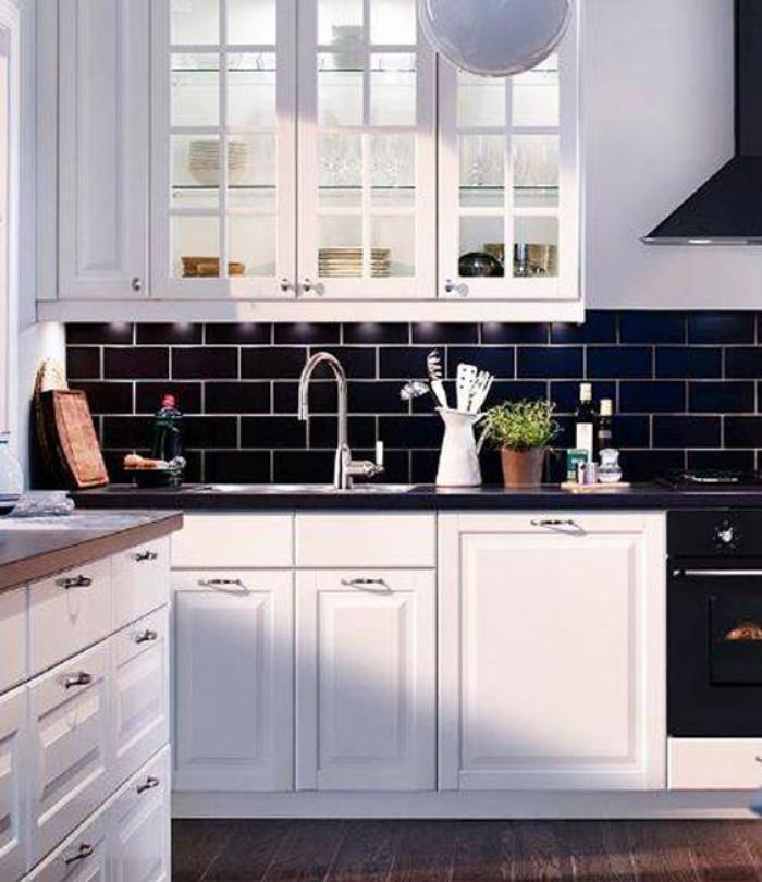 Le carrelage noir entre dans la salle de bain et la cuisine - Carrelage noir cuisine ...