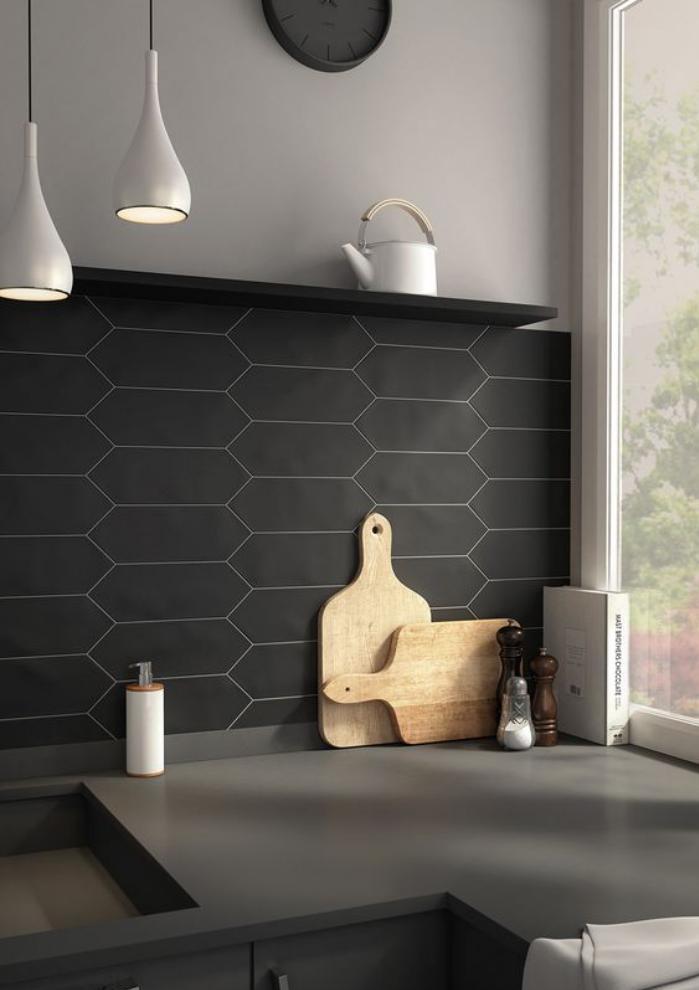 le carrelage noir entre dans la salle de bain et la cuisine. Black Bedroom Furniture Sets. Home Design Ideas