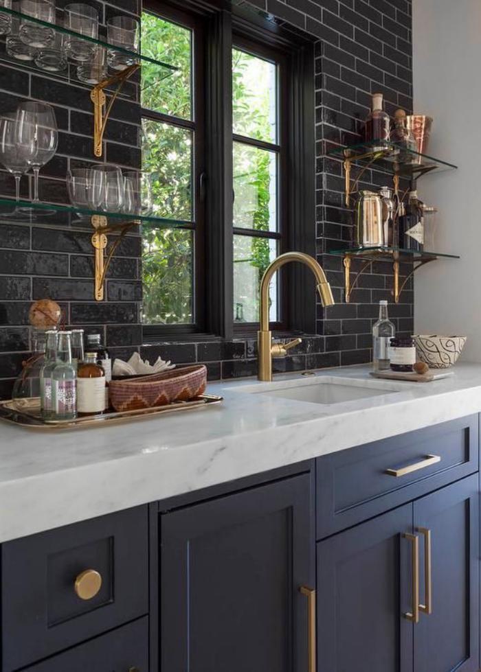Le carrelage noir entre dans la salle de bain et la cuisine ...