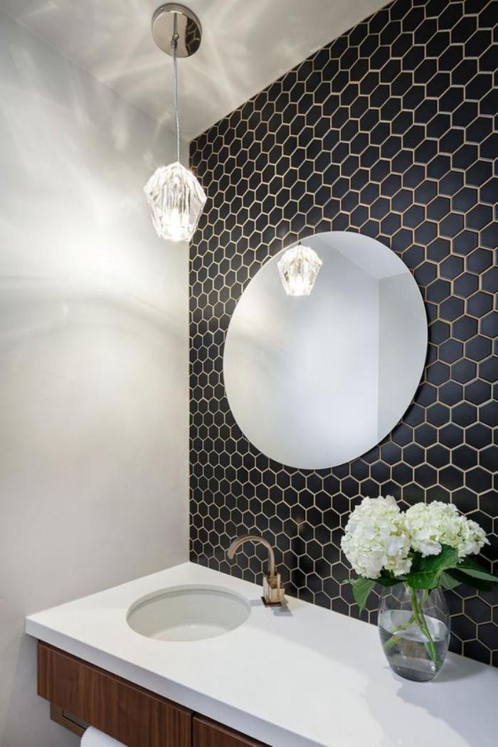 carrelage-noir-hexagonal-et-miroir-rond