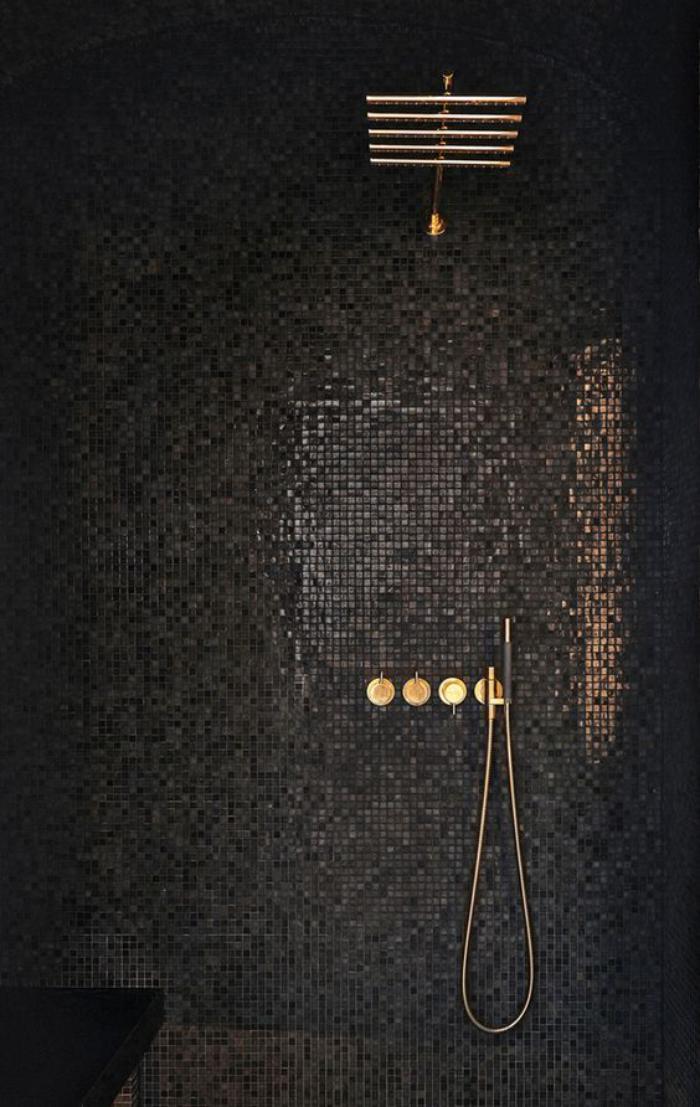 carrelage-noir-mosaique-pour-cabine-de-douche