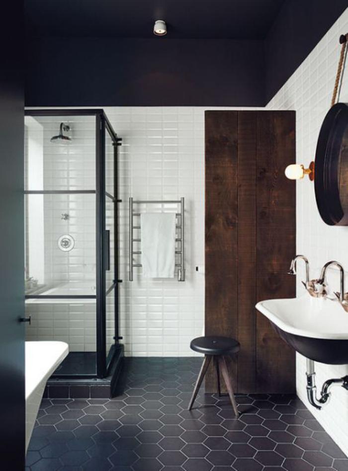 carrelage-noir-revetement-salle-de-bain-hexagonal