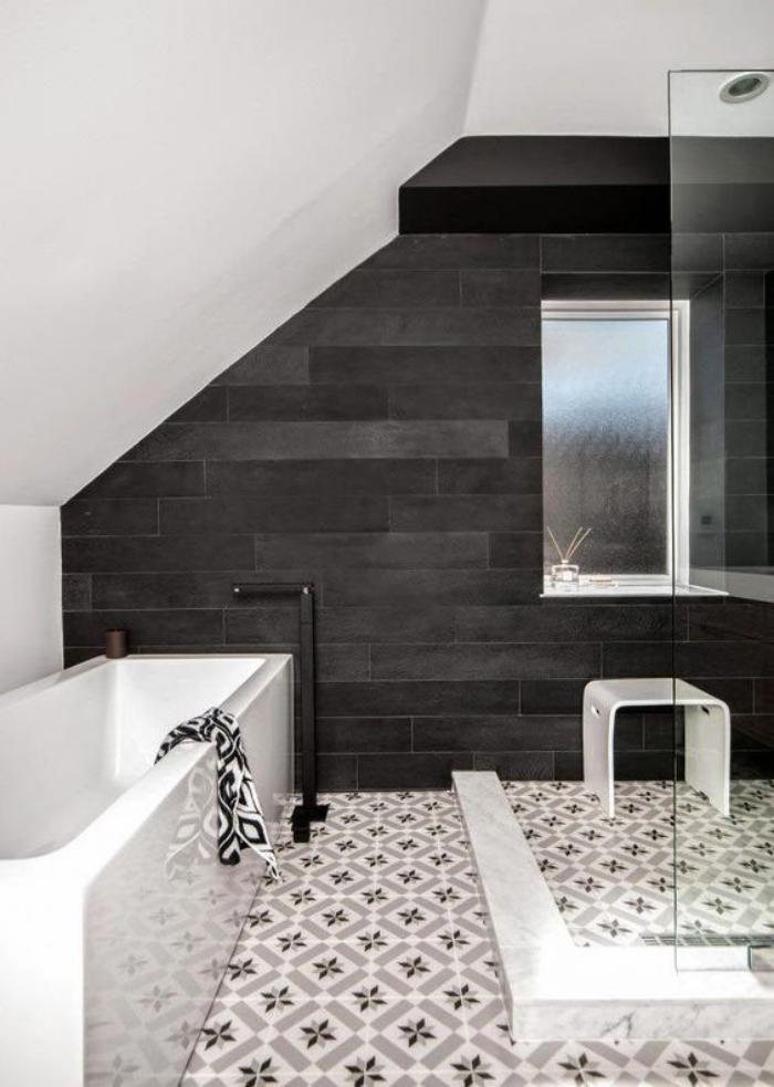 Le carrelage noir entre dans la salle de bain et la cuisine for Carreaux salle de bain