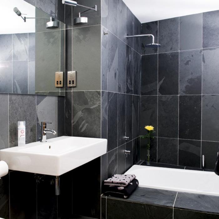 carrelage-noir-salle-de-bain-moderne-noire