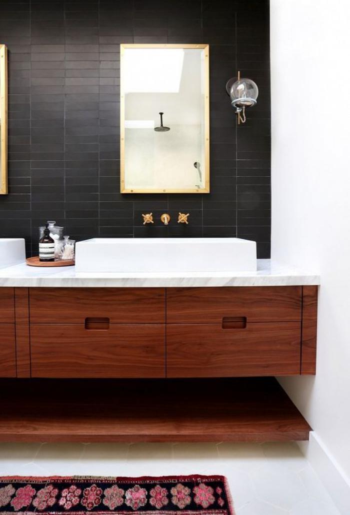 Le carrelage noir entre dans la salle de bain et la for Miroir salle de bain noir
