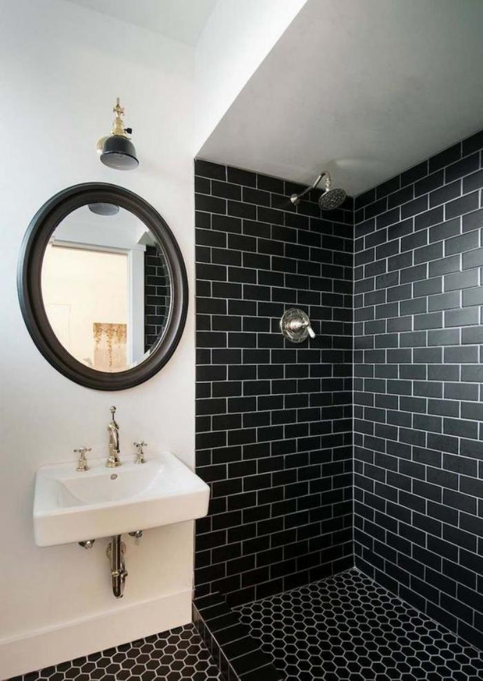 le carrelage noir entre dans la salle de bain et la