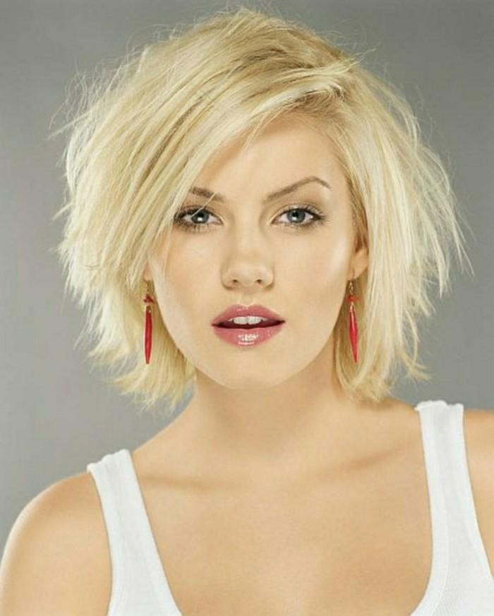 cheveux-blondes-levres-rouges-yeux-bleus-cheveux-blonds-clairs-boucles-d-oreilles-rouges