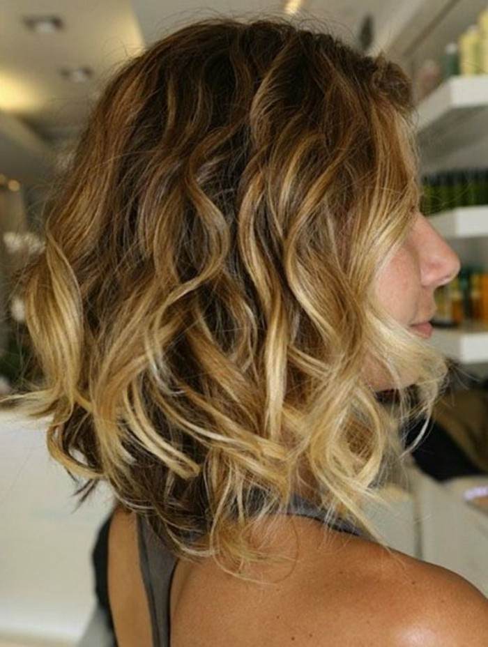 cheveux-mi-courte-femme-balayage-blonde-coupe-de-cheveux-femme-court