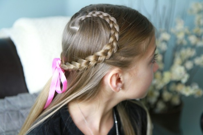 coiffure-avec-tresse-tres-esthetique-jolie-ruban-rose-coiffure-tres-girly