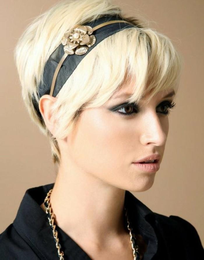 coiffure-courte-blonde-maquillage-de-soiree-smokey-eye-en-noir-coupe-de-cheveux-courte-femme
