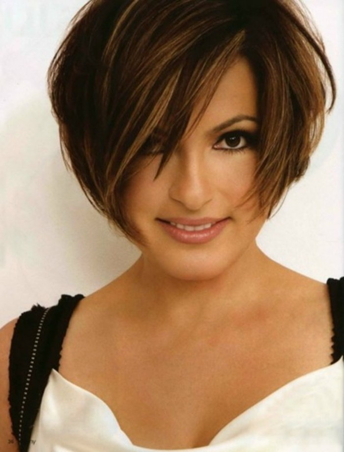 coiffure-courte-femme-50-ans-idees-coiffures-cheveux-marrons-balagayge-blond