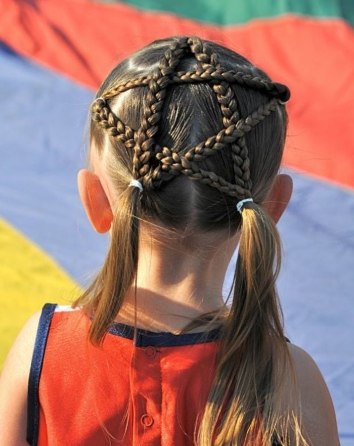 coiffure-fillette-tres-interessante-tresses-qui-forment-une-pentacle