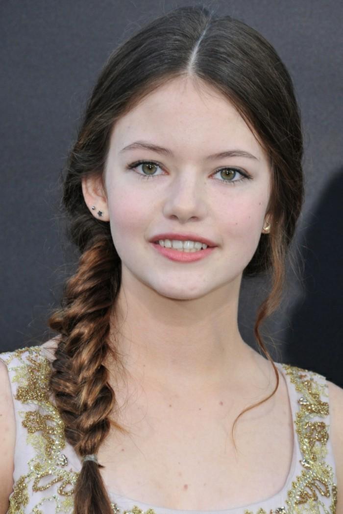 coiffure-avec-tresse-tres-girly-et-esthetique-pour-une-jeune-demoiselle-elegante